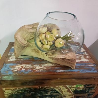 Vase en verre soufflé sur racine de teck 3