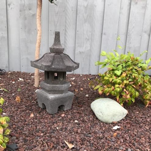 d co jardin lanterne japonaise en pierre de lave 55 cm himeji. Black Bedroom Furniture Sets. Home Design Ideas