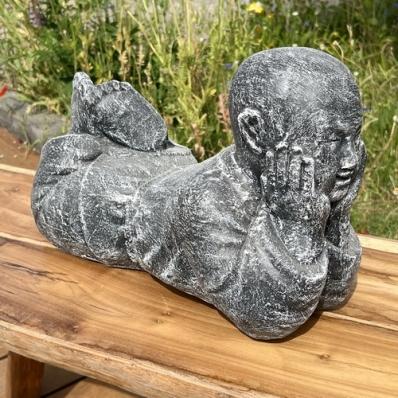 Statue moine Shaolin allongé 40 cm gris