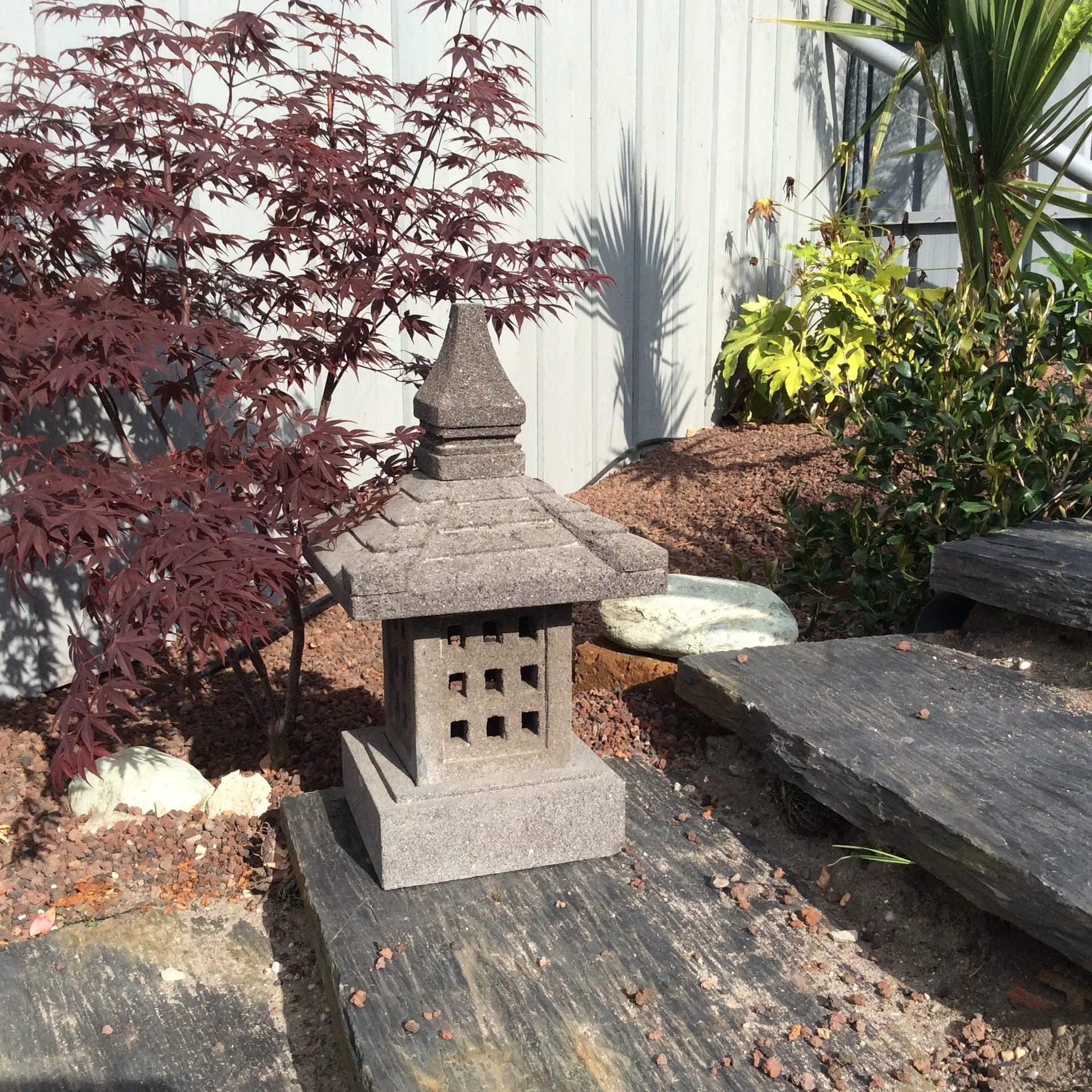 lampe jardin lanterne japonaise en pierre de lave 55 cm nara. Black Bedroom Furniture Sets. Home Design Ideas