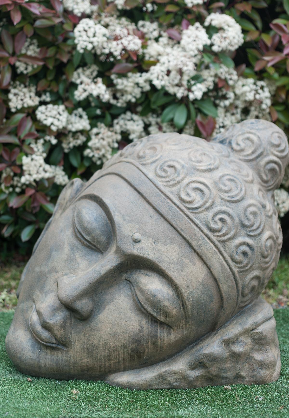 Statue tête de Bouddha inclinée marron antique 76 cm